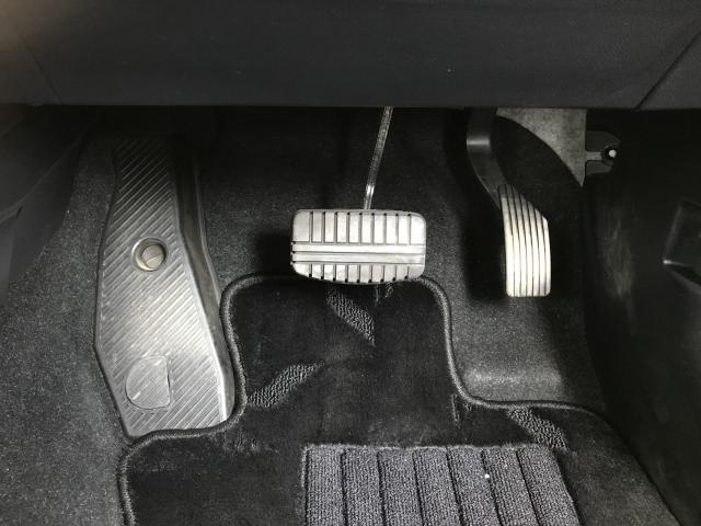 AT車のアクセルとブレーキペダル