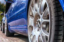 青い車のBBSホイール