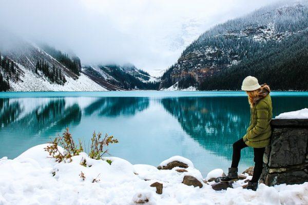 雪山と女性
